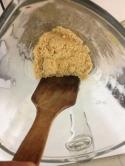 iyice kıyılması için ara ara spatulayla sıkıştırıyoruz